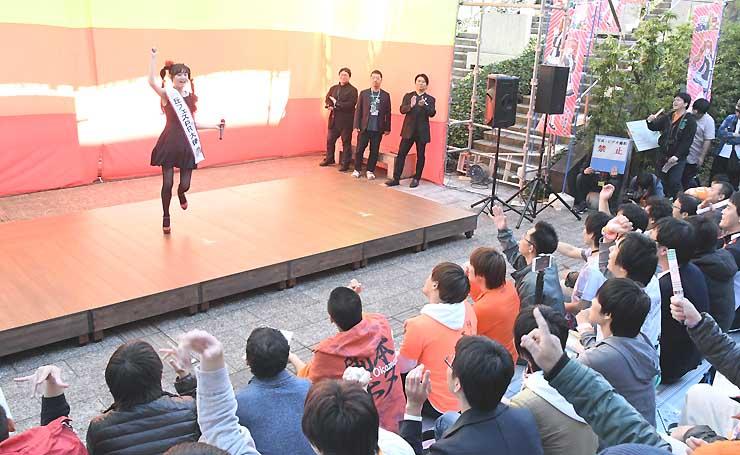 イメージソングを披露し、観客の声援を受ける高木さん