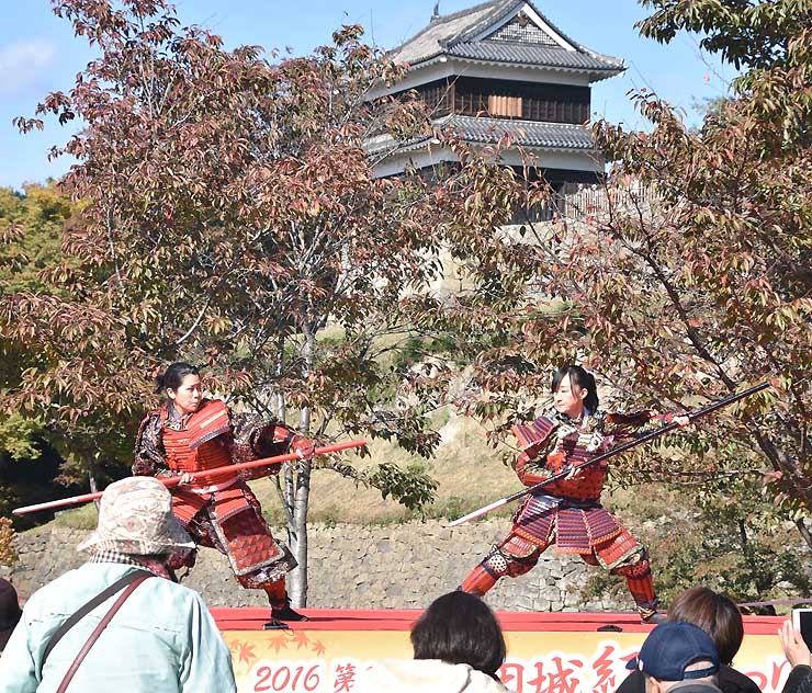 やりを使ったパフォーマンスを披露する「真田幸村」を務めた平野さん(左)
