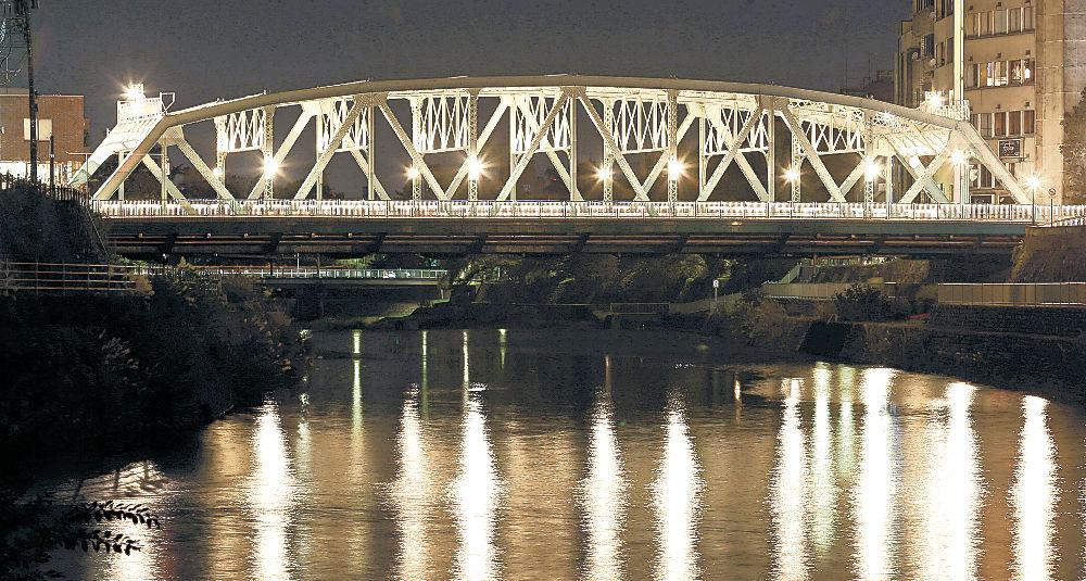 川面を明るく照らす犀川大橋=金沢市内