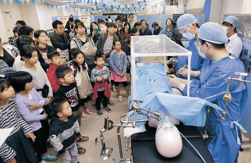 模擬手術を見学する来場者=5日午前11時5分、金大宝町キャンパス