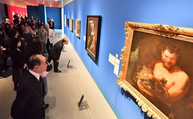 フランス絵画の名作を熱心に鑑賞する来場者=5日、福井県立美術館