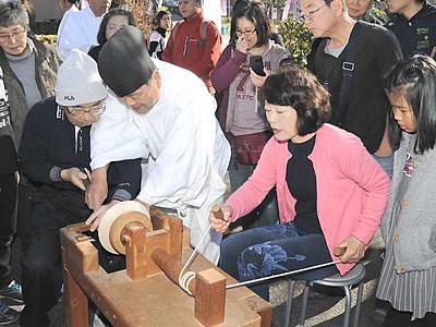 人力ろくろ、見物客も体験 南木曽で工芸街道祭り