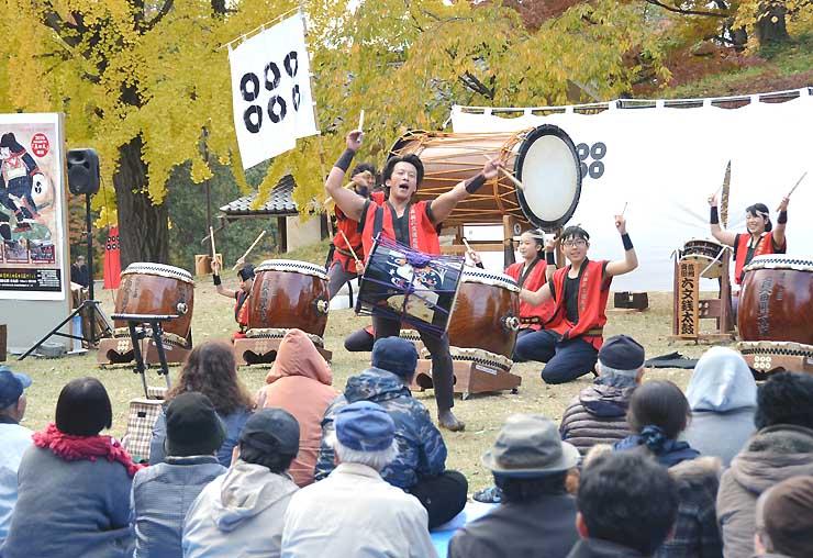上田城跡公園で演奏を披露する「信州真田六文銭太鼓保存会」