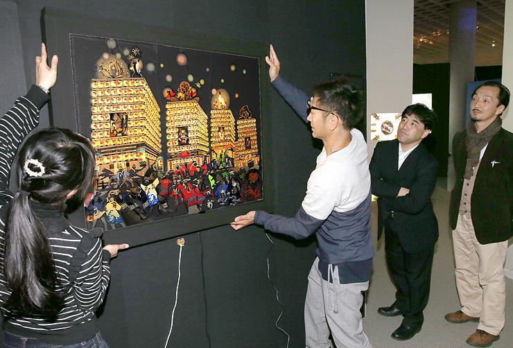 新湊曳山まつりをモチーフに急きょ制作された新作を飾るスタッフ=県立近代美術館