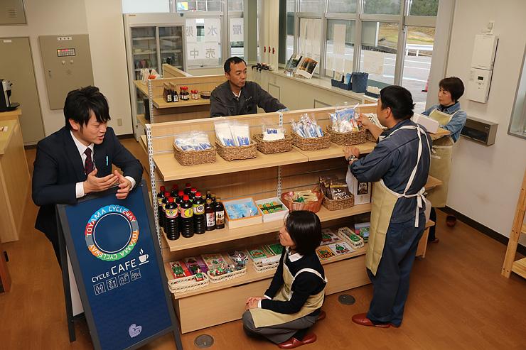 土産品の販売コーナーやサイクルカフェなど多機能型の浜マルシェ=入善町下飯野