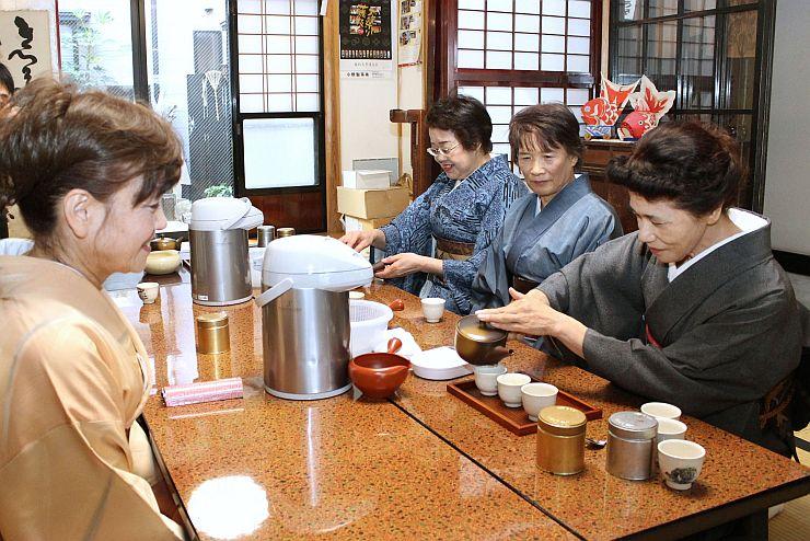 おいしいお茶の入れ方を学んだ「村上茶ムリエ講座」=村上市長井町
