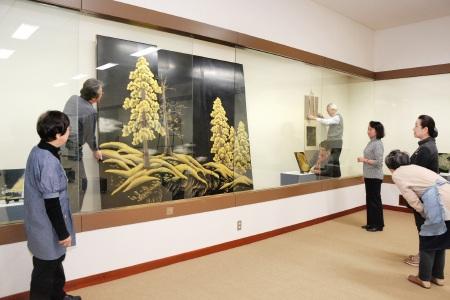 服部氏の作品を展示するゆずりはの会員=10日、福井県鯖江市の鯖江商工会議所ギャラリー新