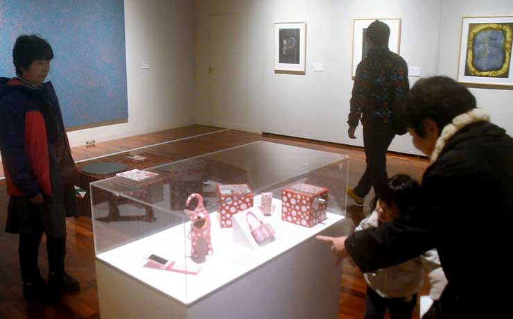 常設展示している草間さんの作品を見る来場者=10日、松本市美術館