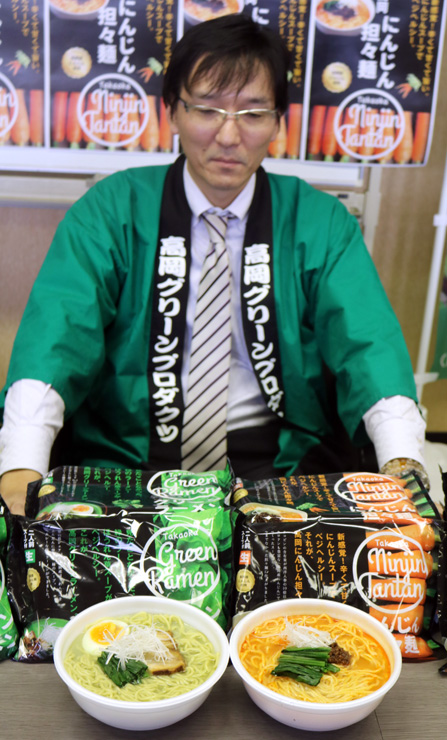 新発売された高岡グリーンラーメン(左)と高岡にんじん担々麺