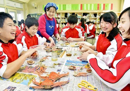 セイコガニの食べ方を習う生徒=10日、福井市の福井大附属中