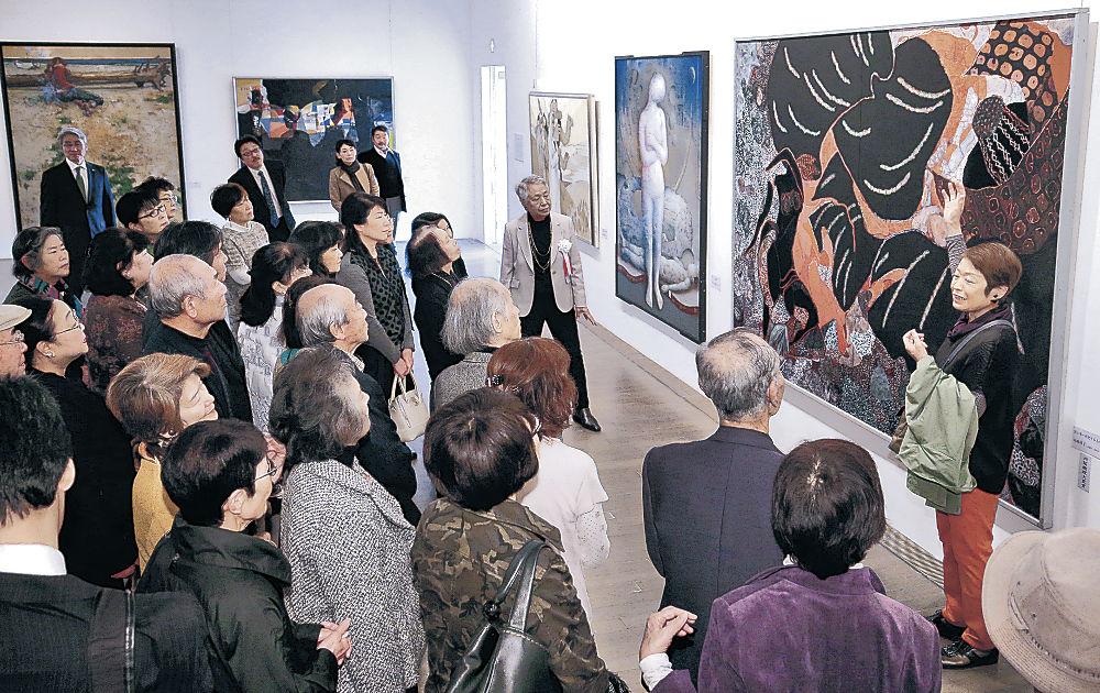 並べられた秀作を鑑賞する来場者=金沢21世紀美術館