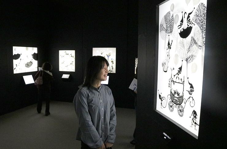 モノクロの影絵に見入る広田さん=県立近代美術館
