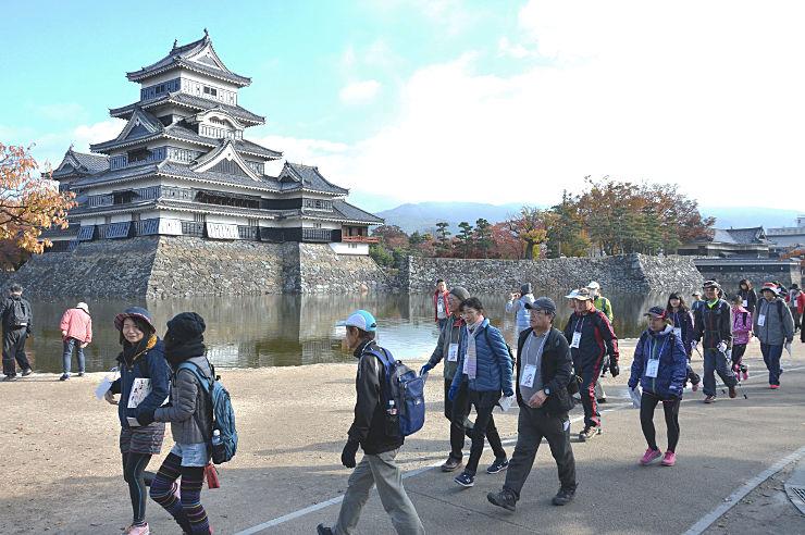 松本城公園をスタートする「松本城ウオーク」の参加者