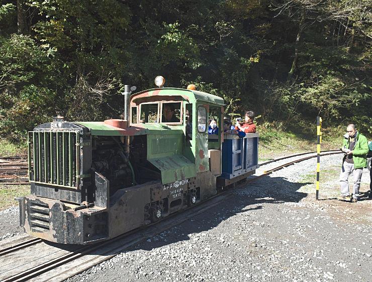 遠山中学校の生徒を乗せて試運転した機関車
