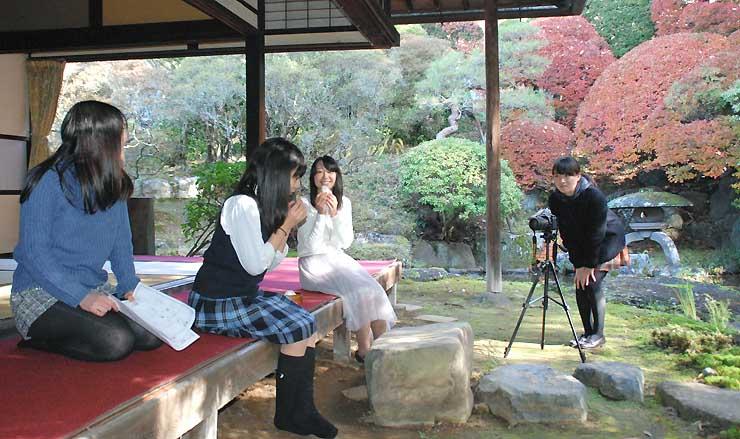 本陣岩波家で動画を撮影する慶応女子高の生徒