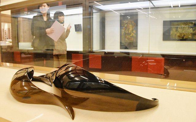 5カ国8人の作品が並ぶ国際漆芸展示会=15日、福井県鯖江市うるしの里会館