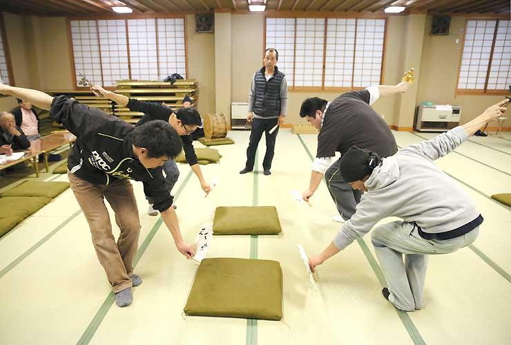 練習を繰り返す上村中郷地区の住民たち