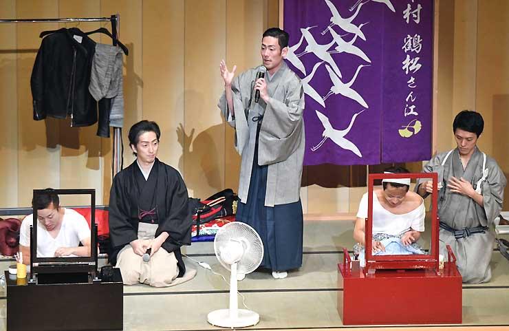 「歌舞伎塾」コーナーで解説する中村勘九郎さん(中央)、七之助さん(左から2人目)ら=16日、まつもと市民芸術館