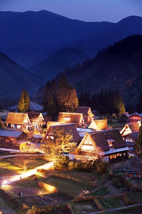 冬が近づく山間で幻想的に浮かび上がった合掌造り集落=南砺市相倉