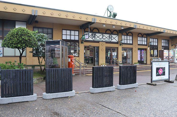 新たに製作した黒塀が並ぶJR村上駅前=村上市田端町