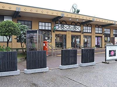町屋の風情玄関にも 村上駅前 黒塗り、板張りの車止め