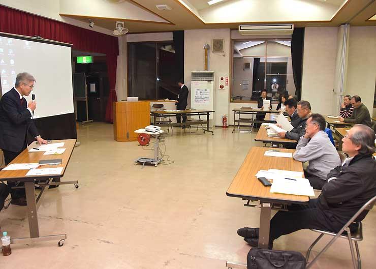 DMOの概要を説明し、地域住民の意見を聞いたタウンミーティング=東御市の祢津地区