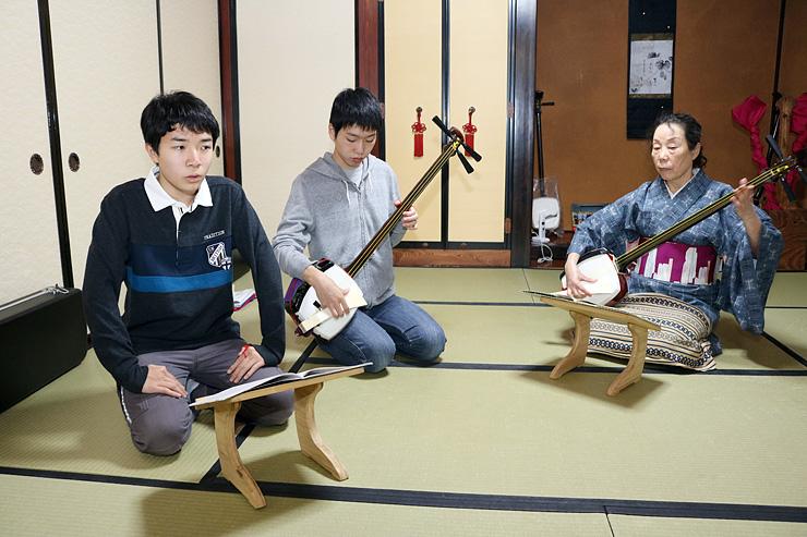 出町浄瑠璃大会に向けて練習する滉貴さん(左)と舘さん。右は講師の松村さん