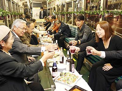 「ボージョレ」乾杯 万葉線でワイン電車