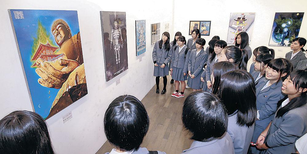 デザインの作品を鑑賞する県工高生徒=金沢21世紀美術館