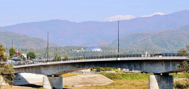勝山恐竜橋からは遠方に雪化粧した白山、手前の森の中には銀色に光る県立恐竜博物館が望める