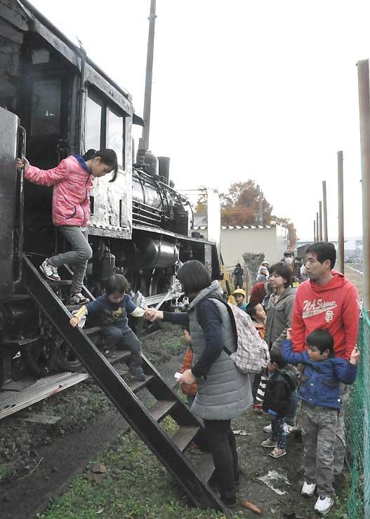飯山の児童公園にあるSLの一般開放に訪れた親子ら