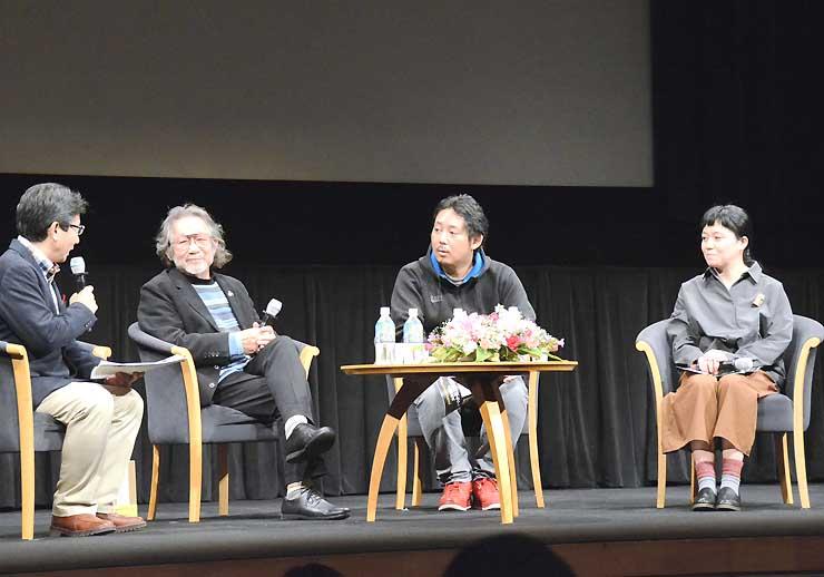 映画製作について意見を交わす(右から)鶴岡さん、入江さん、大林さんら