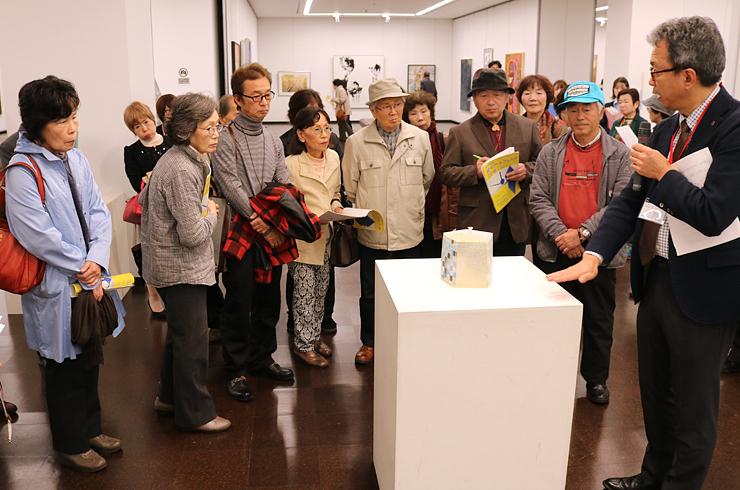 大賞に選ばれた佐野さんの作品を鑑賞する来場者=富山県民会館