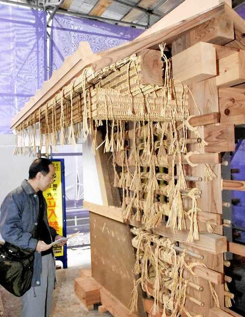 山里口御門工事現場の一角に設置された土塀の模型=21日、福井市大手3丁目