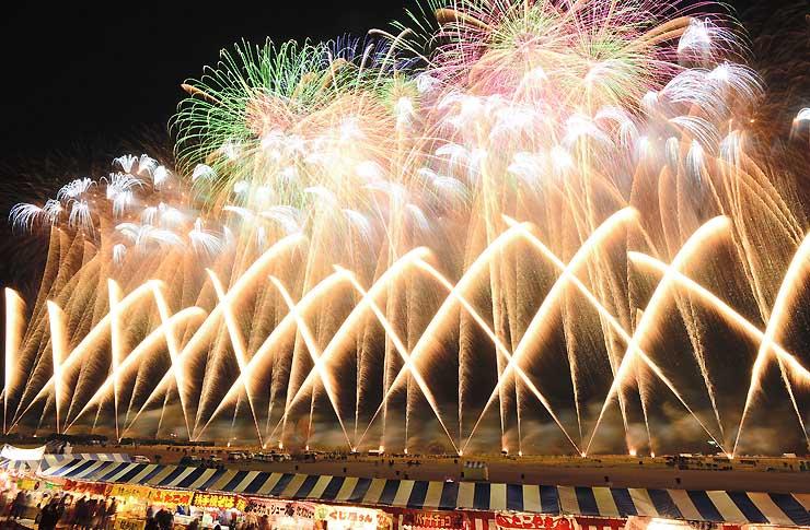 1万3千発の花火が夜空を彩った長野えびす講煙火大会=23日午後7時52分、長野市の犀川河川敷