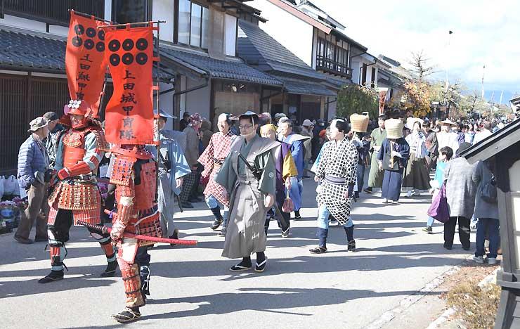 上田城甲冑隊も加わった時代衣装行列