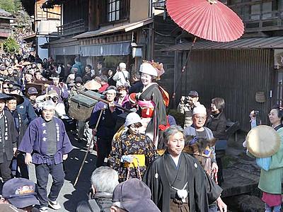 南木曽の妻籠宿、艶やか花嫁 江戸時代の装束で行列