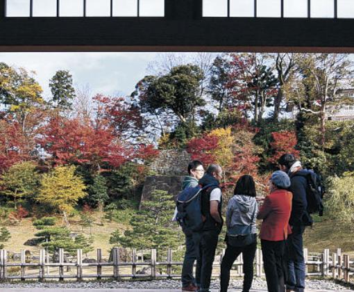 屏風絵のような景色を眺める来園者=金沢城公園の玉泉院丸庭園