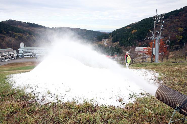 パイプから勢いよく吹き出す人工雪=牛岳温泉スキー場