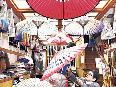 鉛色の空に華やぎを 唯一の専門店、「金沢和傘」制作進む