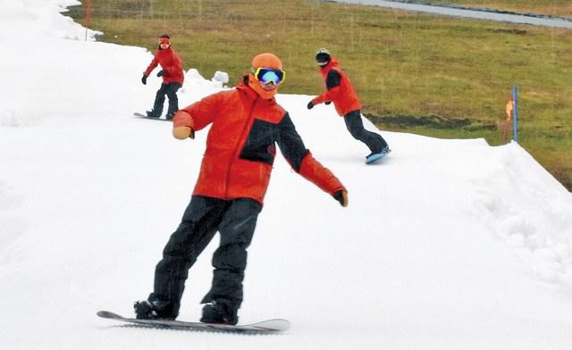 オープンを前に行われたスノーボードのデモンストレーション滑走=25日、福井県南越前町の今庄365スキー場