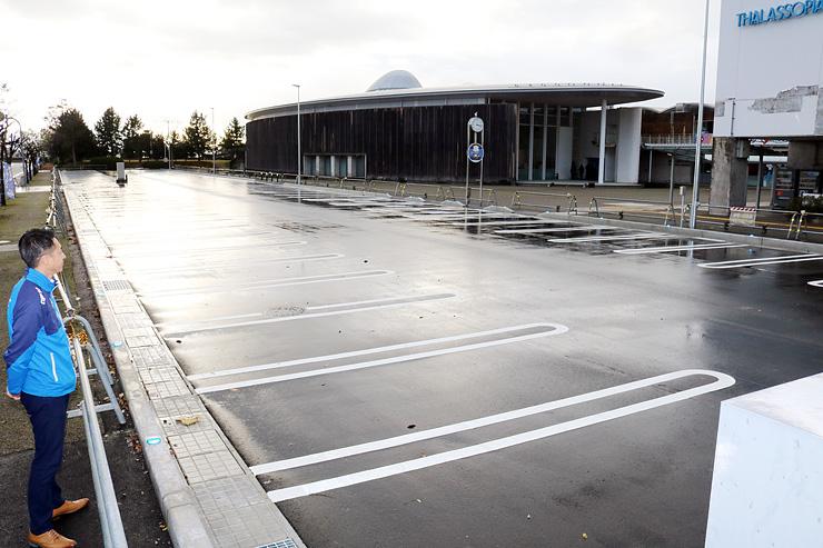 ほたるいかミュージアム(奥)とタラソピアの前に整備された駐車場