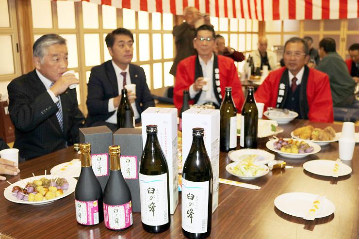 速川産のサツマイモで造った芋焼酎「臼が峰」(手前)を試飲する参加者