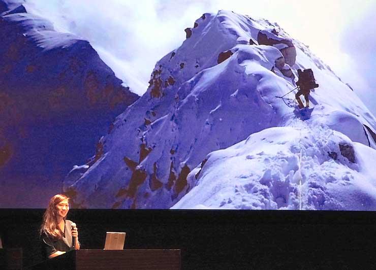 登山時の写真を投映しながら講演する南谷さん=27日、松本市
