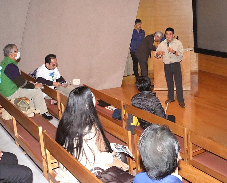 立山黒部ジオパークの課題や世界の事例を説明する楊シニアオフィサー(右奥)=立山カルデラ砂防博物館