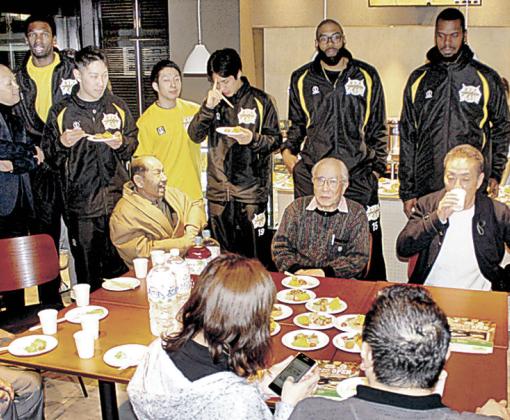 来月オープンする「サムズカフェ」の内覧会=金沢市鱗町のチーム事務所1階
