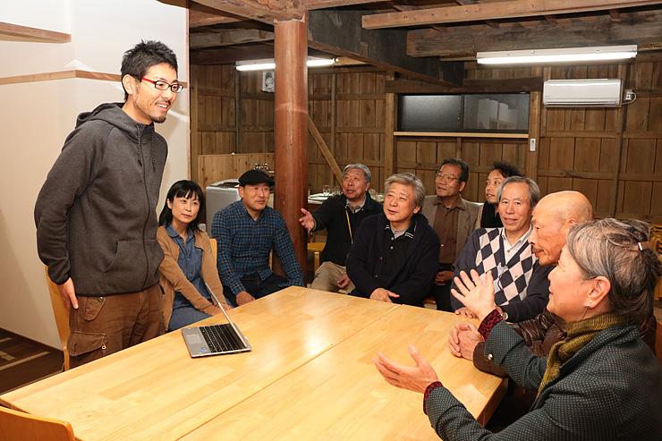 NPOのメンバーらに事業概要を説明する大島さん(左)