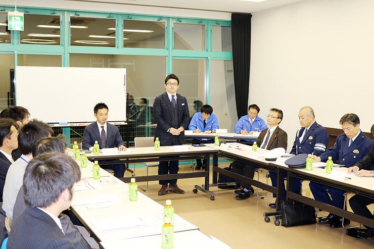 実行委員会会合であいさつする松田委員長(中央)=エルパセオ