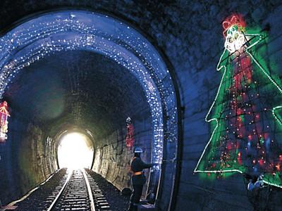 トンネル照明がXマス仕様に のと鉄道