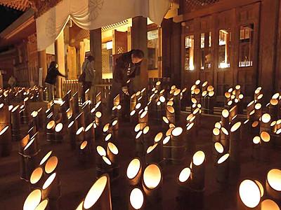 竹筒の明かり、心も温かく 穂高神社「安曇野神竹灯」